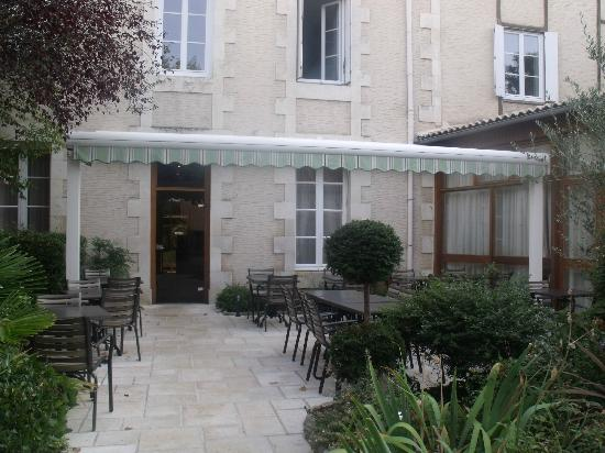 Hotel le Lion d'Or: small courtyard / terrace