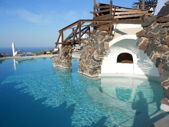 Honeymoon Petra Villas : The pool bar area