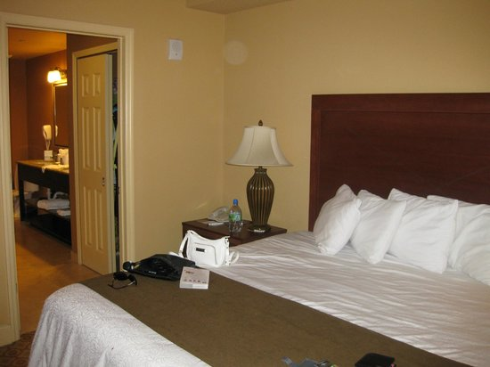 Lake Eve Resort: Main bedroom with en-suite