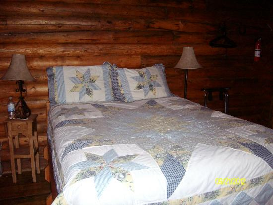 Holy Smoke Resort: Queen Size bed in main floor