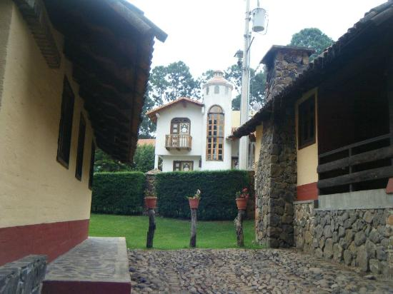 Villas Mazamitla: Parking area for each cabin