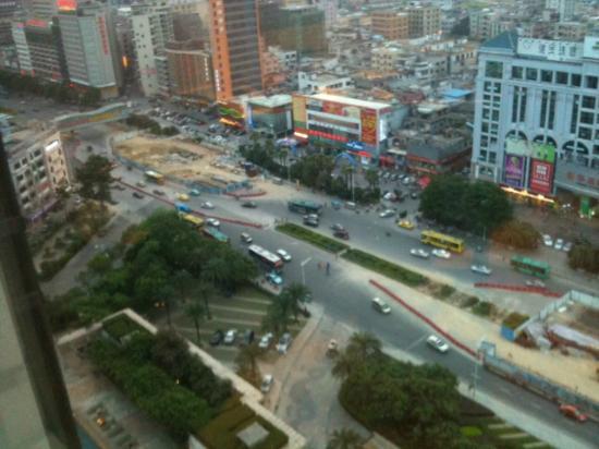 Sheraton Dongguan Hotel: it looks far away, but the street sounds come through
