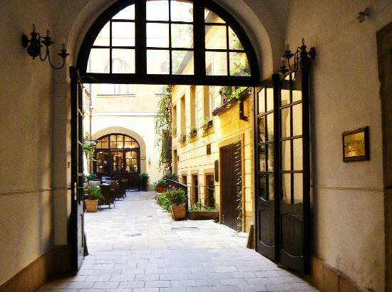 Hotel U Zlateho Jelena: Golden Deer - Courtyard