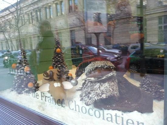 Chocolate sculpture in the window picture of patrick - Patrick roger chocolatier paris ...