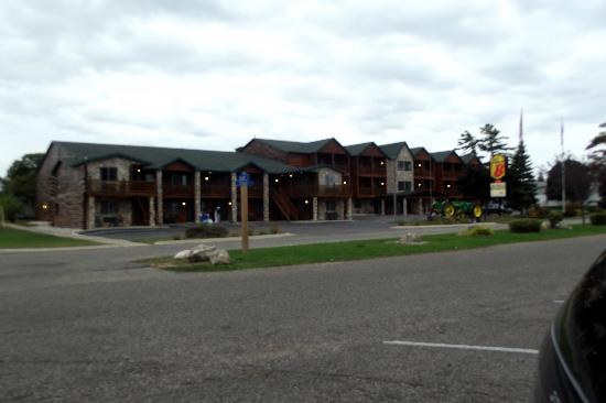 Super 8 Bridgeview of Mackinaw City: Front view of hotel
