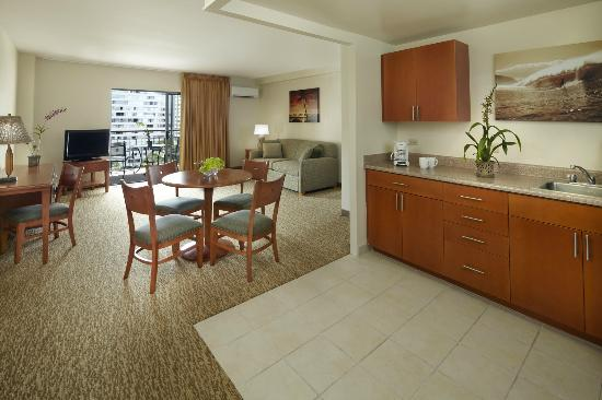 ‪‪Pearl Hotel Waikiki‬: 3-Bedroom Suite Living and Kitchen Space‬