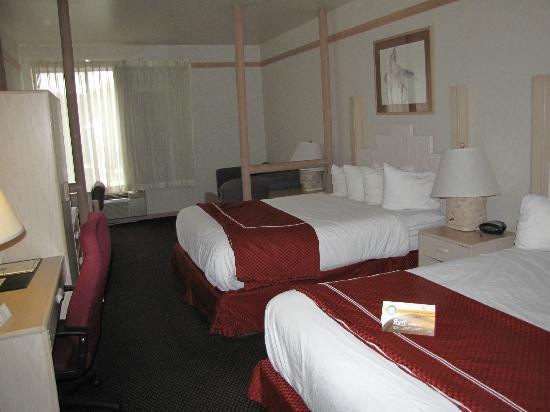 Quality Suites: Intérieur d'une chambre