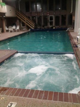 Sandwich Lodge & Resort : swimming pool and hot tub area