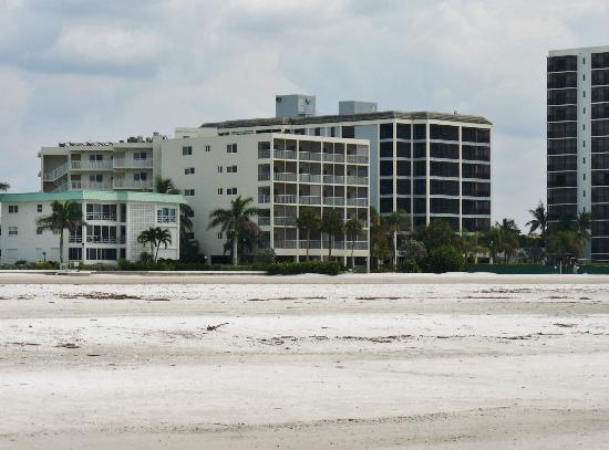 Gulfview Manor Resort: view of the hotel from the beach