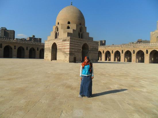 Mosque of Ibn Tulun: il cortile centrale con la nostra guida Seam