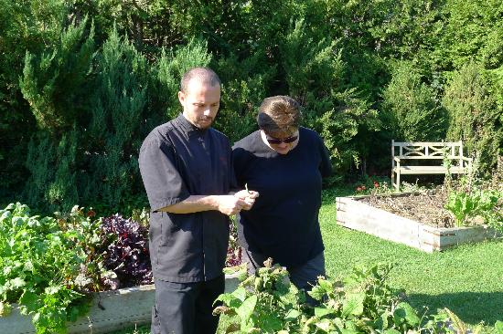 Kingsbrae Arms Relais & Chateaux: Chef Guillame in the garden