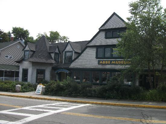 Village Green: Abbé Museum, situé de biais au parc