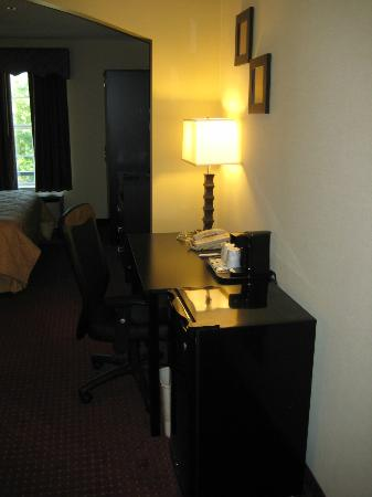 Comfort Inn West: Newly Renovated Desk Area