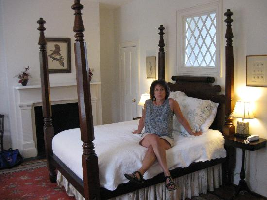 21 East Battery Bed and Breakfast: Period bedroom with queen 4 poster bed
