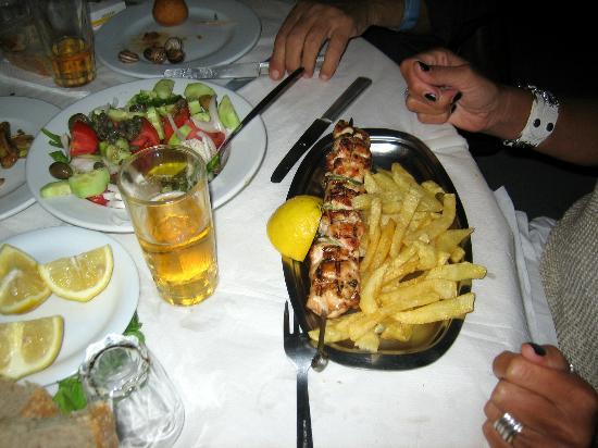 Klarinos: Souvlaki di pollo con patate fritte ed insalata greca