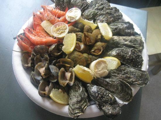 Residence Village Club les Rives de Saint Brice : Assiette fruits de mer à 12 euros au resto à la piscine