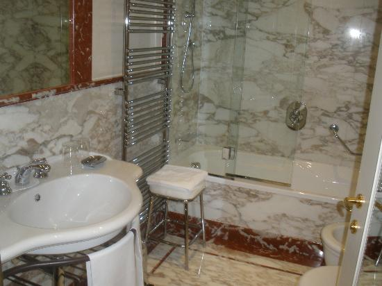 Golden Tower Hotel & Spa: Beautiful Marble Bathroom