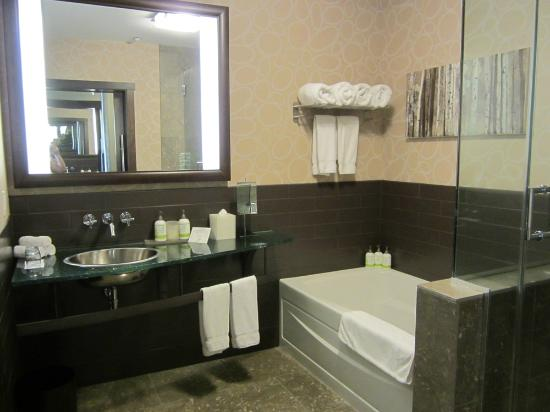 The Oxford Hotel: Bathroom