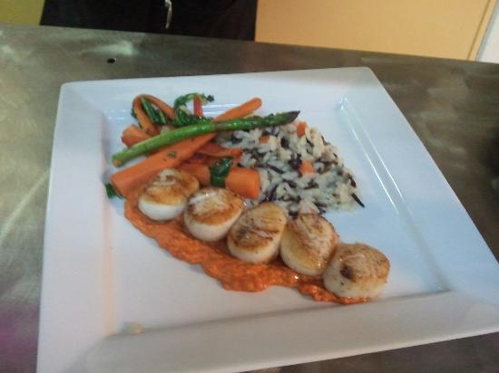 Java Jack's Restaurant & Gallery : Pan seared scallops, roasted red pepper puree, wild and short grain rice