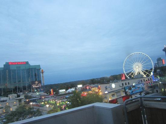 Days Inn - Niagara Falls Clifton Hill Casino: 5th floor balcony