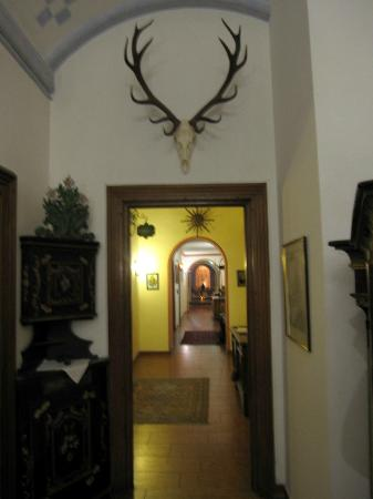 Hotel Hirsch: Ground Floor Hallway