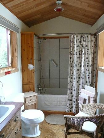 Ambleside Lodge Bed and Breakfast: Wilderness bathroom