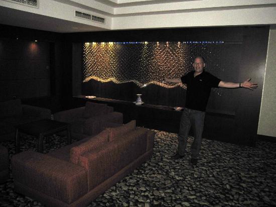 Hotel Global: The lobby looks like a disco on Vegas