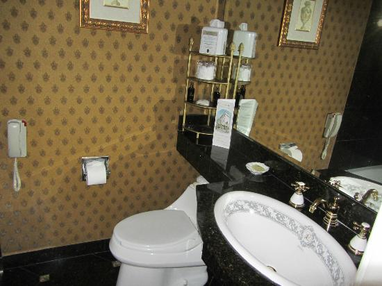 Le Pavillon Hotel: Well appointed bathroom