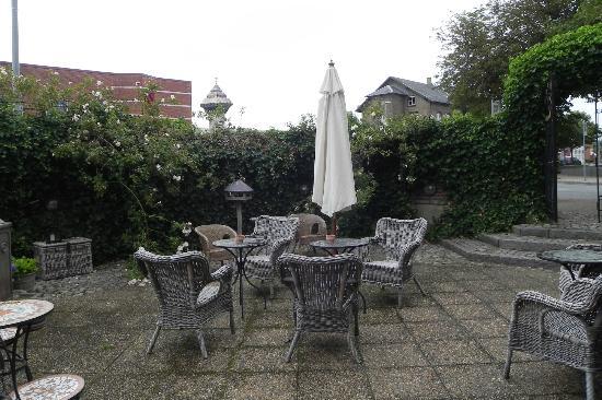 Park Hotel: Outside patio/ Garden area
