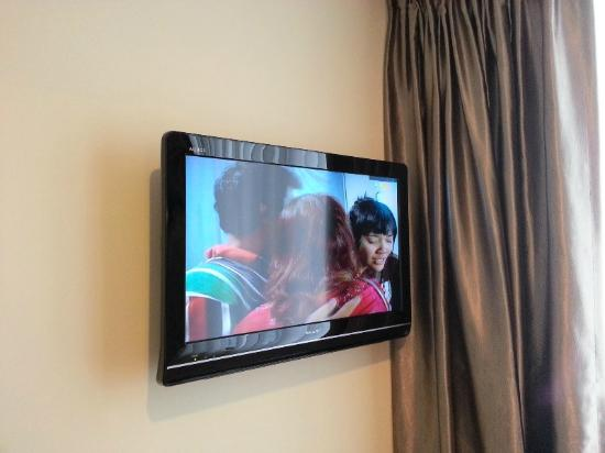 Baguss City Hotel: Sharp 32 inch LCD TV with 18 channels