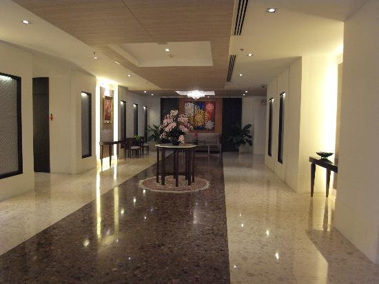 Adelphi Grande Bangkok by Compass Hospitality: フロント周辺