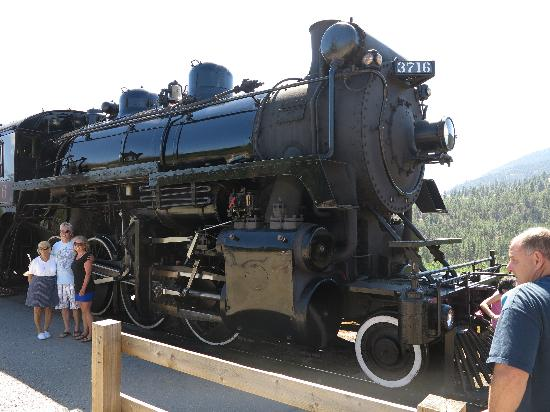 Summerland Waterfront Resort & Spa: Kettle Valley Railway - and some unknown family