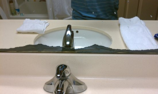 Holiday Inn Express Morehead City: Mirror in Bathroom