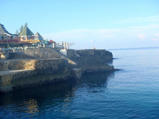 Legends Resort: A Picture of the cliffs and the resort.