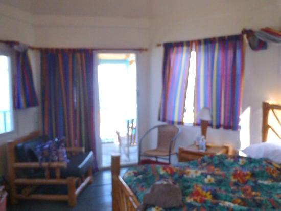 Legends Beach Hotel: Room picture facing the sliding glass door and balcony