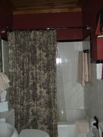 The Village Inns Of Blowing Rock: The Ridgeway Inn: Bathroom