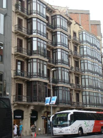 DestinationBCN Apartment Suites: building containing apartment