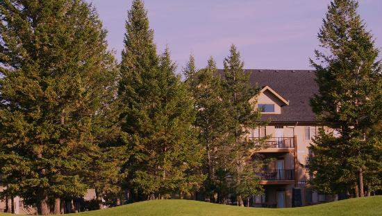Bighorn Meadows Resort: From golf course drive.