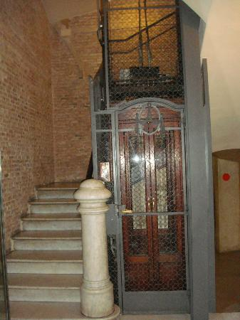 DestinationBCN Apartment Suites: quaint lift to the apartment Ghost