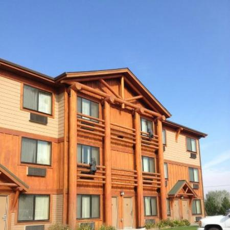 BEST WESTERN PLUS Kelly Inn & Suites: Can you see the carved bears on the porch railings?