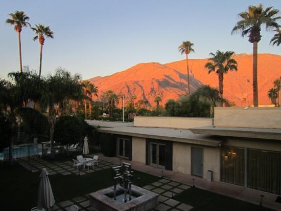 7 Springs Inn & Suites: binnenplaats