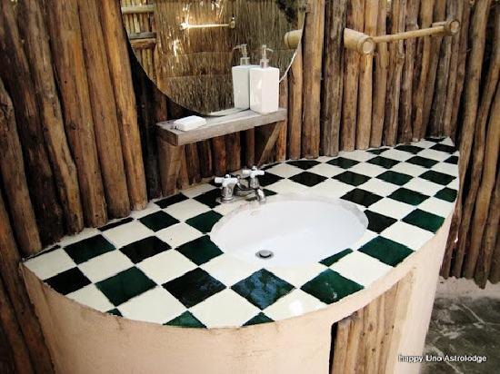Uno Astro Lodge: Open air toilets in all rooms