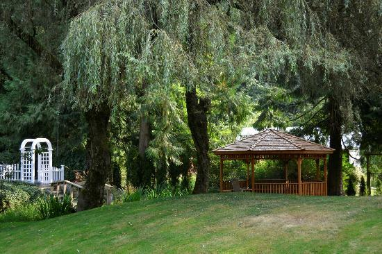 South Garden Bed and Breakfast: Gazebo and main grounds