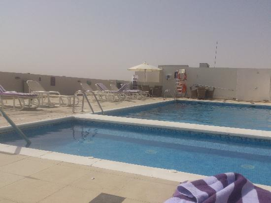 Premier Inn Dubai Investments Park Hotel : Pool in the sun, just needs a poolside bar.