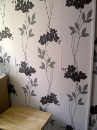 Charlotte House Hotel : Even the wallpaper is trying to leave