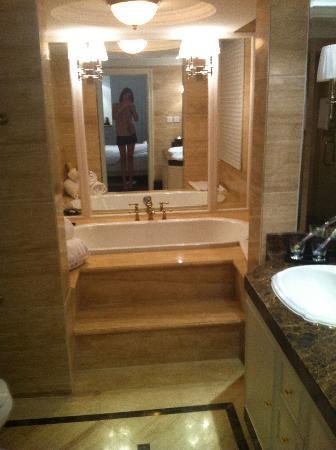 Yuxi Garden: great bathtub