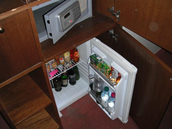 Hotel Executive: Safe and fridge