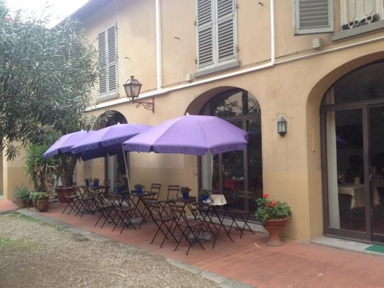 Hotel Crocini: outdoor seating in the courtyard