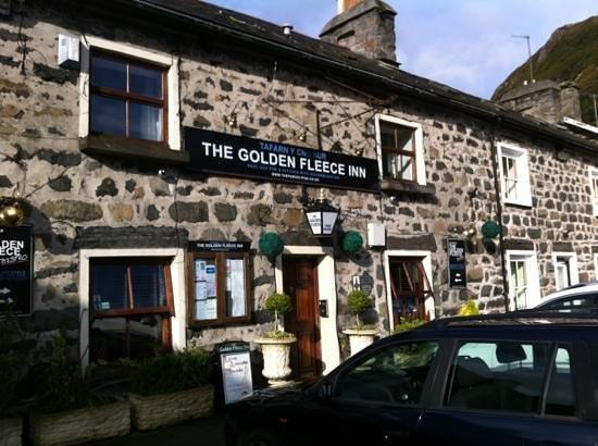 The Golden Fleece: front of the inn