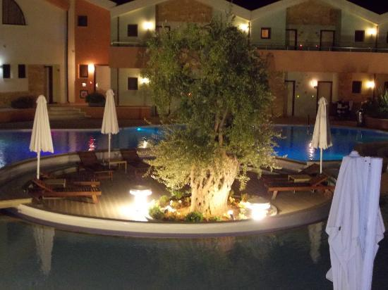 โรงแรมอเล็กซานดร้า โกลเด้นบูติค: pool view from dining terrace